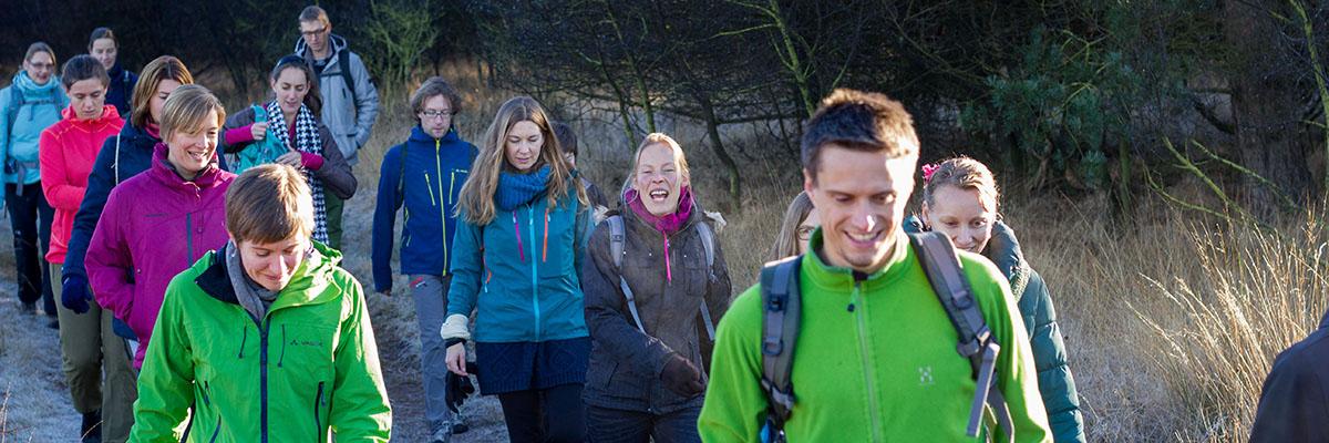 Vrijwilligers wandelen rond Nivon Natuurvriendenhuis het Hunehuis (Bas Wetter)